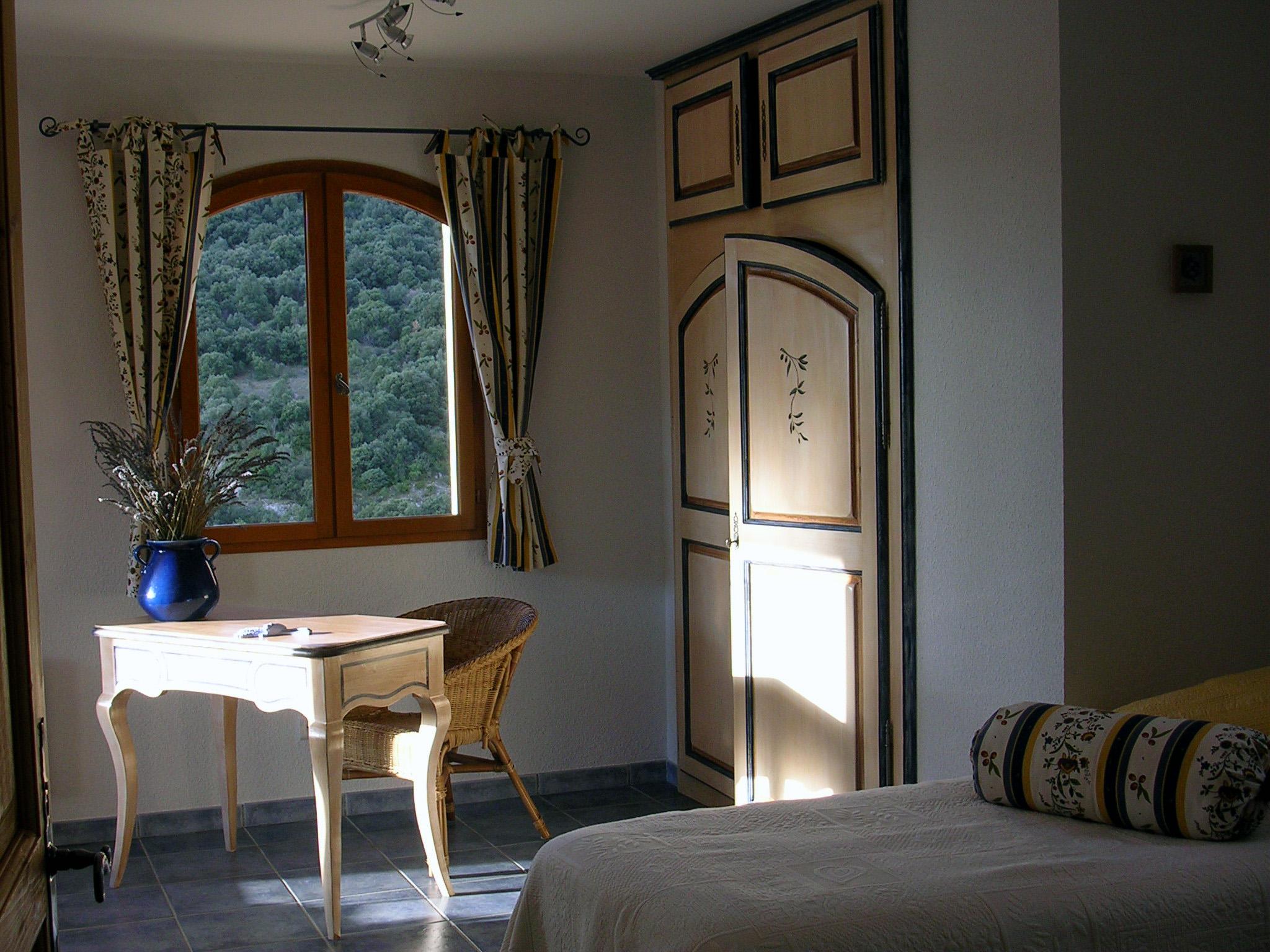la maison est typique avec ses colonnes de pierre ses volets bleu lavande et ses tuiles. Black Bedroom Furniture Sets. Home Design Ideas
